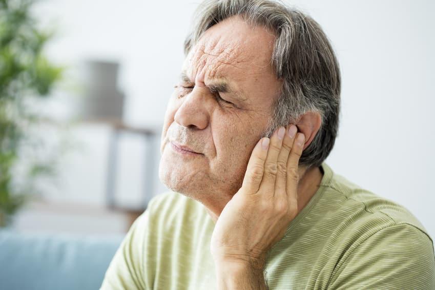 Ein Mann mit Tinnitus durch Elektrosmog