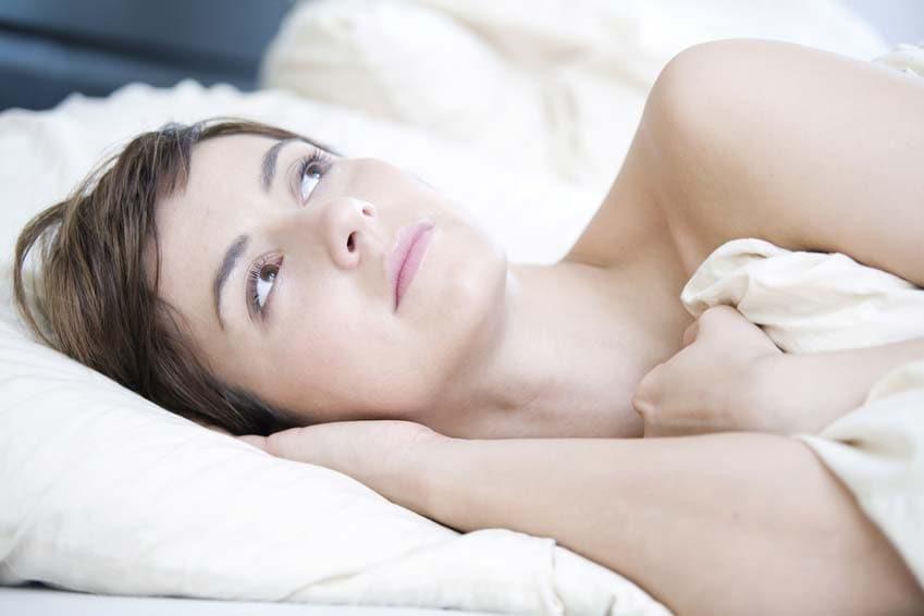 Elektrosensible Frau im Bett