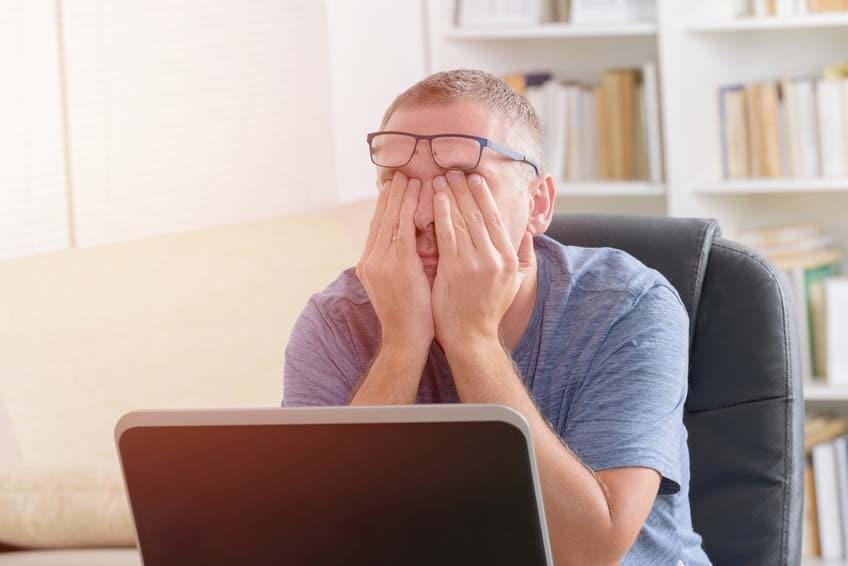 Mann leidet unter Elektrosmog am Arbeitsplatz