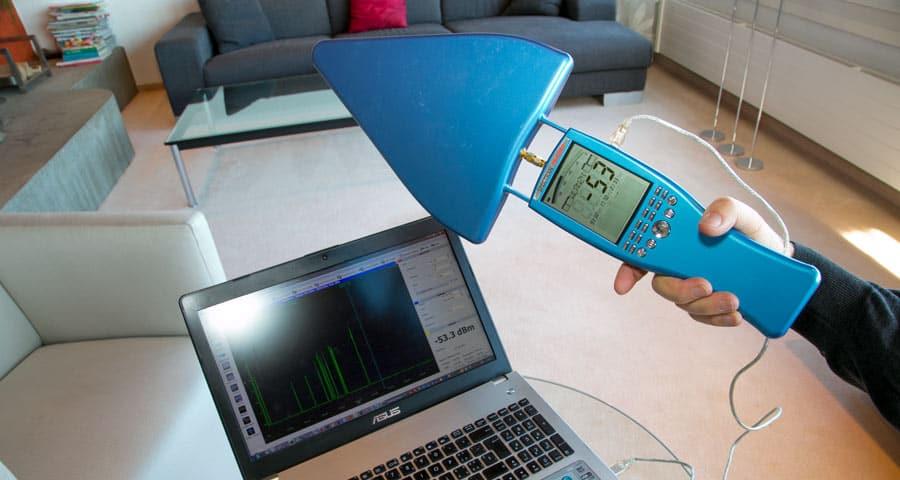 Experte macht Elektrosmog-Messung in einer Wohnung