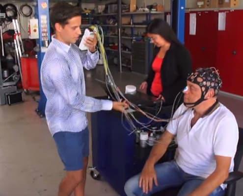 Die Elektroden werden am Kopf angelegt