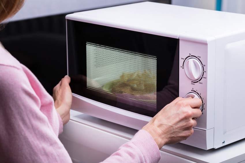 Sicherheitsabstand vor Mikrowelle wegen der Strahlung