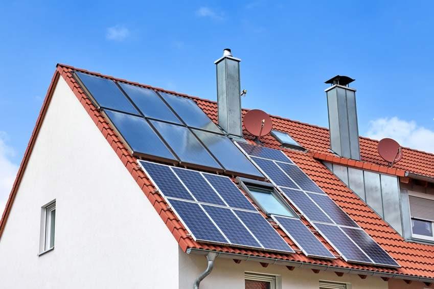 Solarpanels auf Dach: Elektrosmog durch Photovoltaik