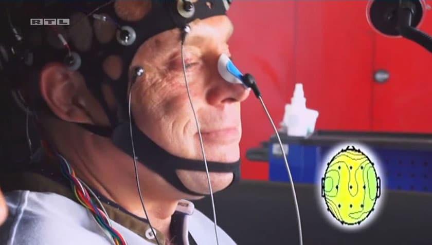 Elektroden am Kopf messen Gehirnströme im Auto