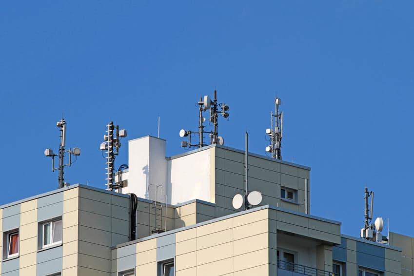 Mobilfunkantennen auf einem Dach
