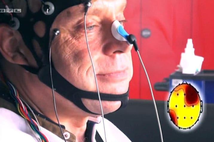 Elektroden am Kopf messen Gehirnströme