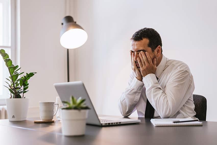 Mann mit Gesundheitsproblemen durch Elektrosmog