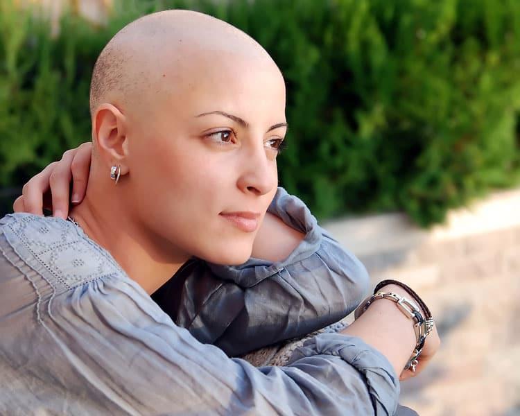 Krebskranke Frau ohne Haare
