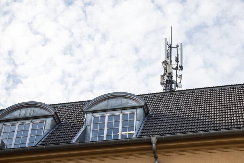 Mobilfunkantennen auf einem Hausdach