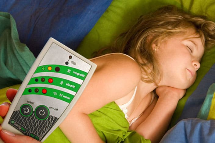 Elektrosmogmessgerät misst Bett im Kinderzimmer