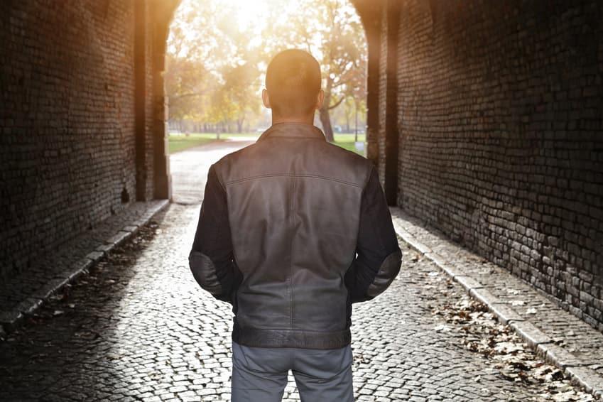Depressiver Mann im Freien