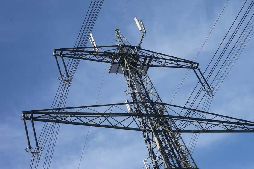 Mast einer Starkstromleitung mit Handyantennen