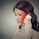 Sichtbare Handystrahlung am Ohr einer Frau