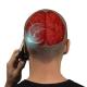 Jugendlicher hält das Handy ans Ohr