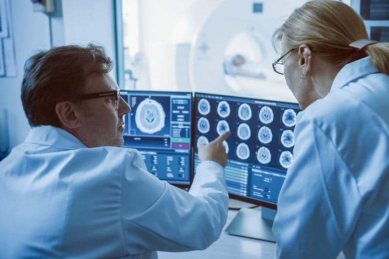 Forscher mit Röntgenbild zu Krebs und Handystrahlung