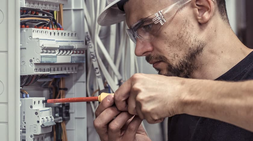 Bauökologe prüft Elektroinstallation
