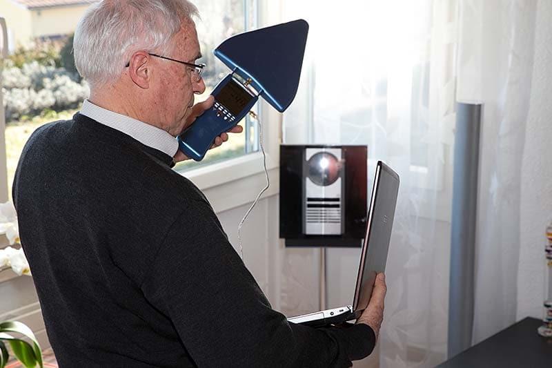 Experte bei der Elektrosmogmessung im Haus