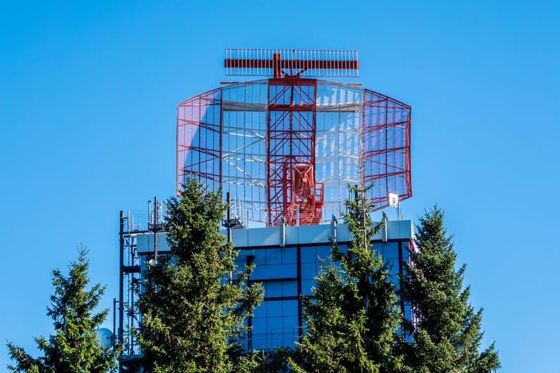 Radaranlage mit Strahlung am Flughafen