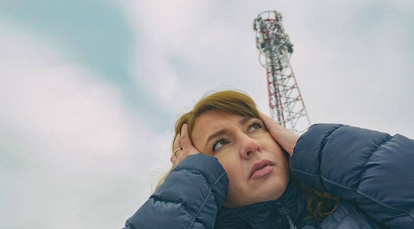 Gefahr für die Gesundheit: Eine Frau vor einer 5G-Antenne